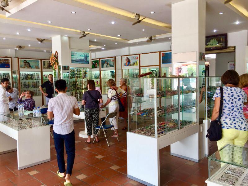 Rất nhiều du khách nước ngoài đến thăm quan và mua sắm