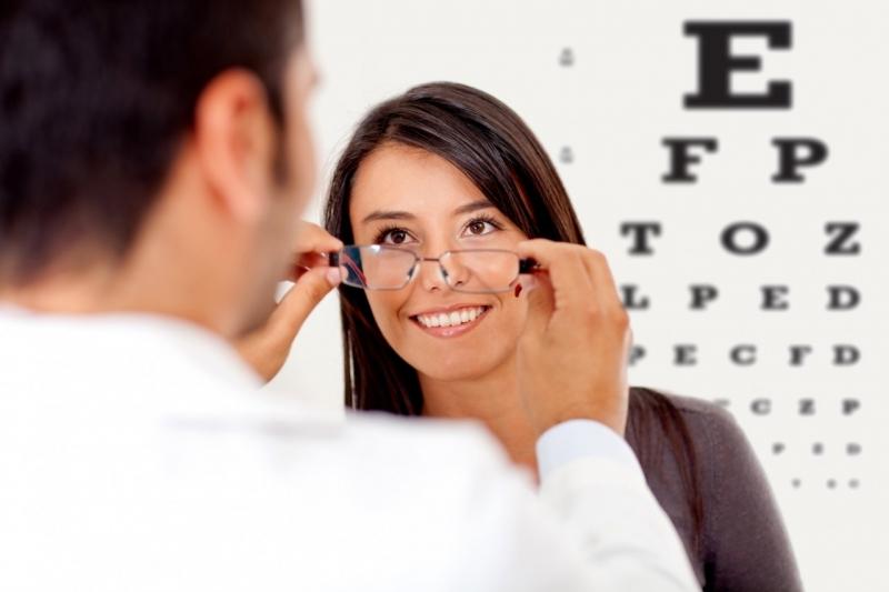 Bạn hãy đến gặp các chuyên gia về mắt nếu có các dấu hiệu trên nha