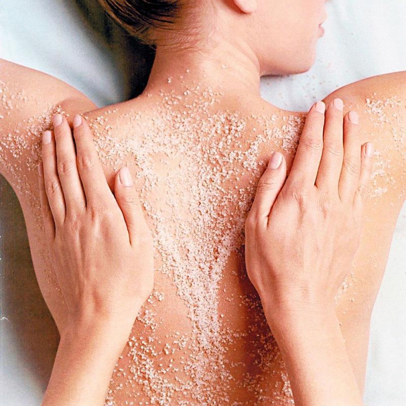 Chẳng những giúp làm trắng da mà bột yến mạch còn có công năng tuyệt vời trong việc điều trị mụn ở lưng.