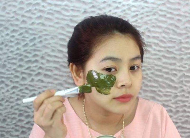 Sử dụng mặt nạ kết hợp mật ong với rau diếp cá trị mụn ẩn