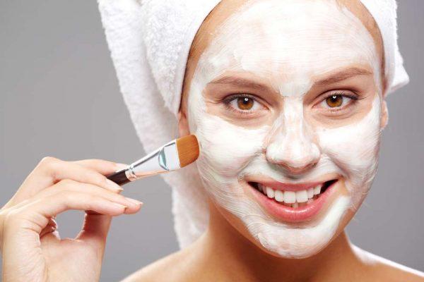 Sữa chua có tác dụng làm sạch và trẻ hóa làn da, trị mụn, giảm vết thâm, se khít lỗ chân lông