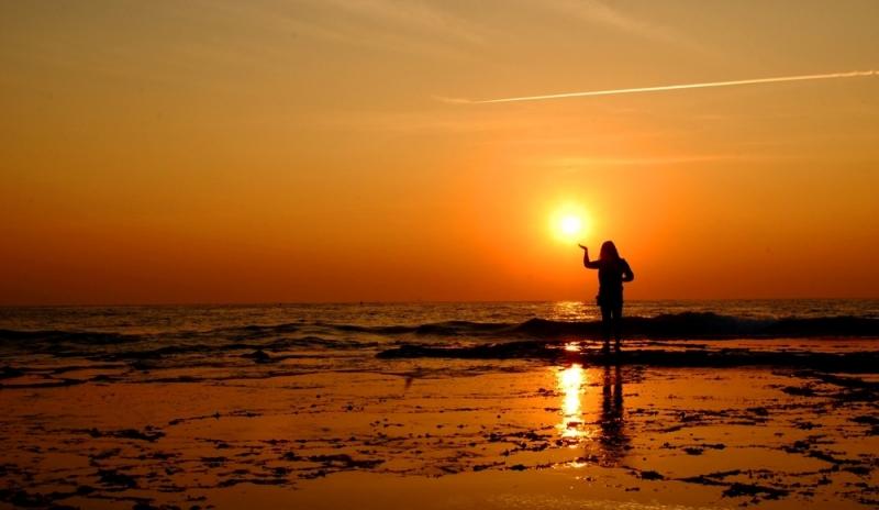 Ông mặt trời cũng nhô lên tròn trĩnh và phúc hậu như lòng đỏ một quả trứng thiên nhiên cực lớn.