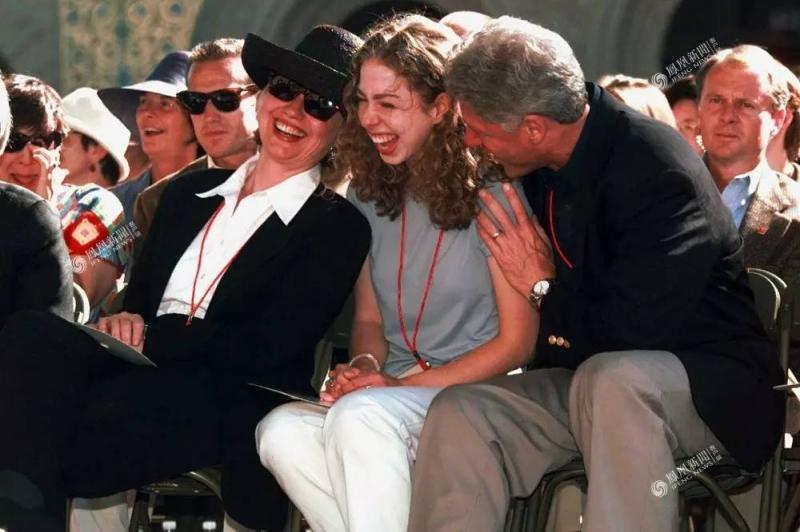 Chelsea Clinton (giữa) cùng bố mẹ là Bill Clinton và Hillary Cliton