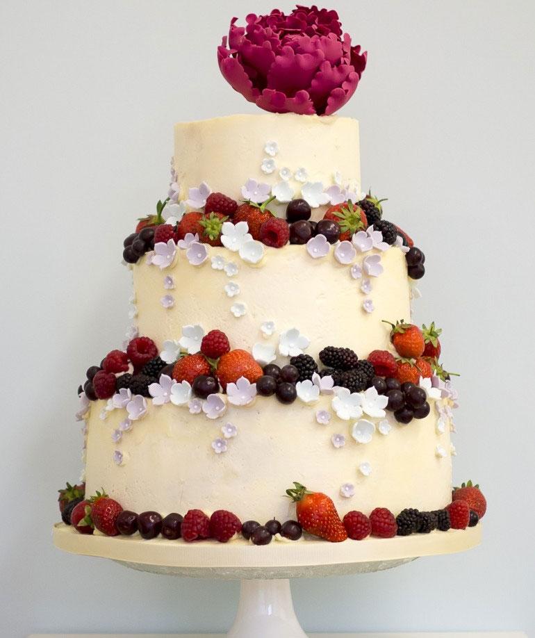 Bánh cưới được trang trí bằng các loại quả màu đỏ và mọng nước có ý nghĩa tốt lành,