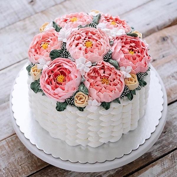 Ngoài hoa tươi, các nghệ nhân còn sử dụng kem bơ, kem đường để tạo dáng hoa sống động hệt như thật.