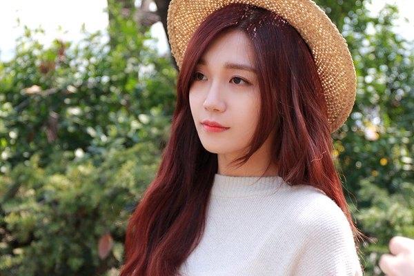 Nhan sắc nữ thần của Eunji nổi bật hơn rất nhiều với màu tóc đỏ champagne.
