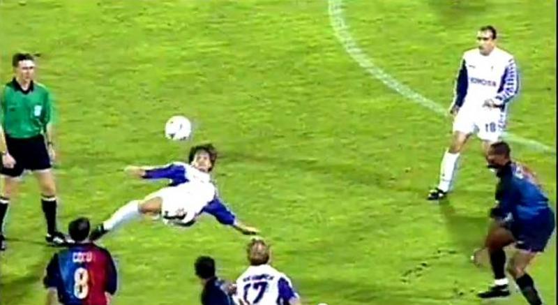 Mauro Bressan đang ngả người móc bóng