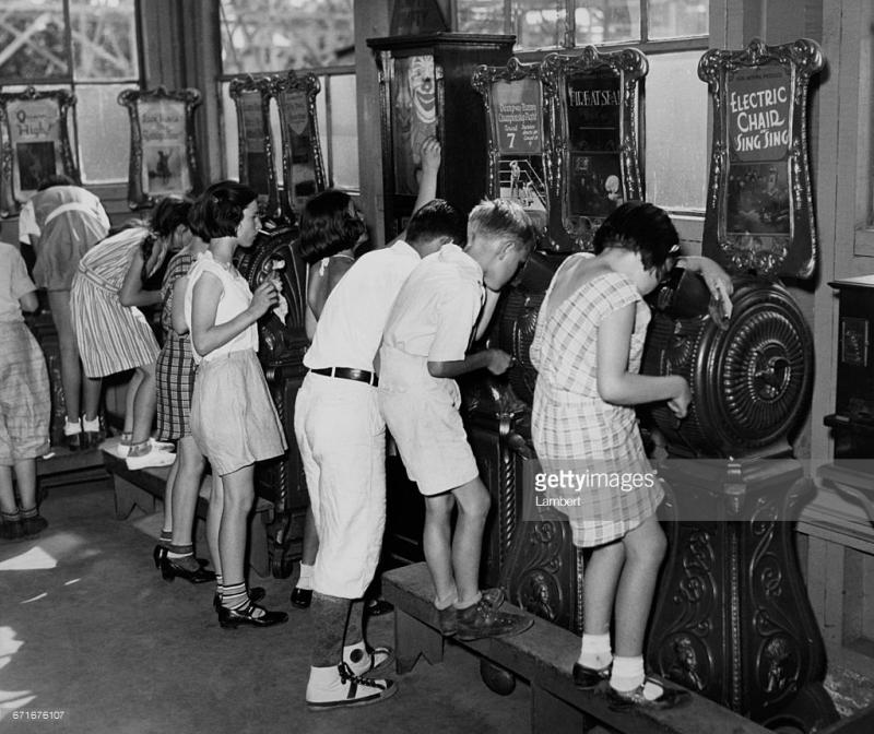 Máy chiếu phim, một thiết bị giải trí mới lạ thời xưa