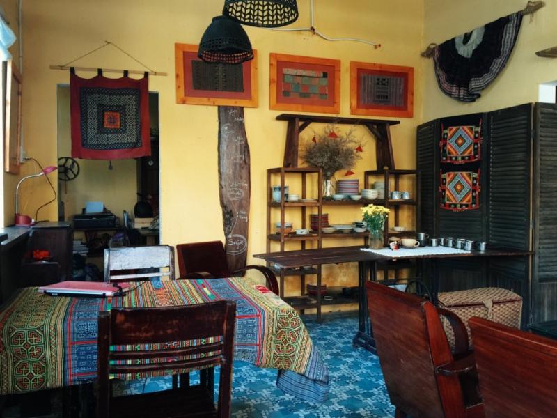 May Concept sử dụng nội thất bằng gỗ tối màu tại các phòng để tạo vẻ cổ kính và ấm cúng