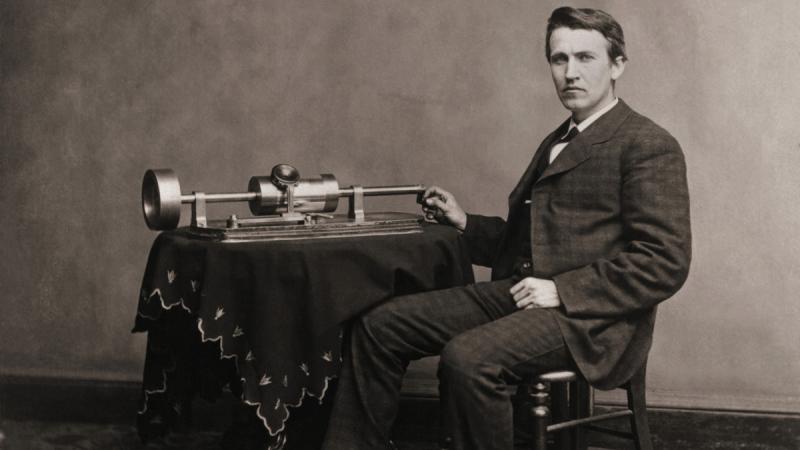 Thomas Edison với máy ghi âm của mình