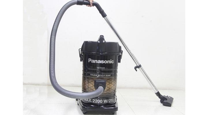 Máy hút bụi Panasonic MC-YL635TN46 có vật liệu thép chắc chắn dày 3mm kèm đầu hút dài giúp máy có thể tiếp cận ở mọi vị trí,