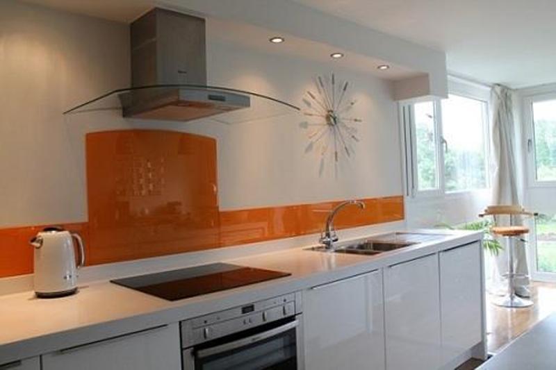 Máy hút mùi kính cong Sunhouse có khả năng hút mùi hiệu quả và làm đẹp gian bếp nhà bạn