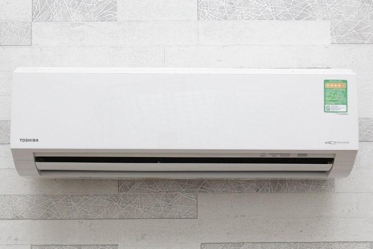Cánh quạt của máy có thiết kế lõm ở mép nhằm tăng lưu lượng gió thổi, làm mát tốt hơn.