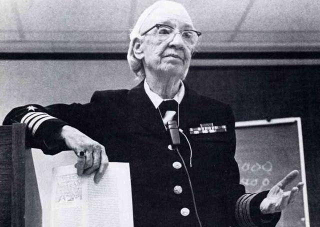 Bà Grace Murray Hopper là một nhà khoa học máy tính và cũng là sĩ quan trong Hải quân Hoa Kỳ