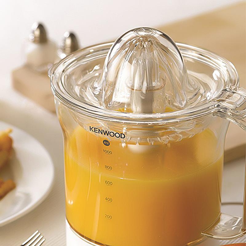 Máy vắt cam Kenwood JE290 sở hữu thiết kế gọn nhẹ, màu sắc tươi sáng, góp phần tô điểm cho không gian bếp thêm hiện đại.