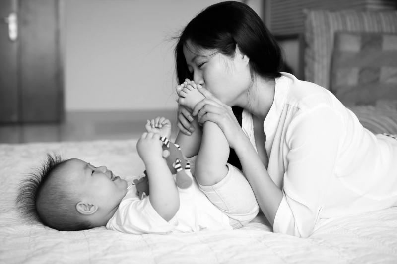 Từ cái ngày Mẹ sinh ra con, Mẹ đã có được tài sản, của để dành lớn nhất đời cho mình. Mẹ vui không thể tả, vui đến nỗi không còn biết đến thế giới xung quanh như thế nào nữa, chỉ biết có mỗi con mà thôi!