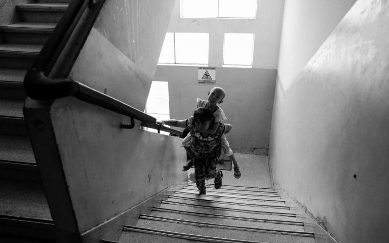 Mẹ vẫn cố nở nụ cười che đi nỗi đau đớn sâu thẳm trong lòng để dỗ dành người con bệnh tật của mình