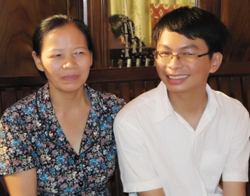 Tăng Văn Bình cùng với mẹ trong ngày cậu đỗ thủ khoa ĐH Ngoại thương
