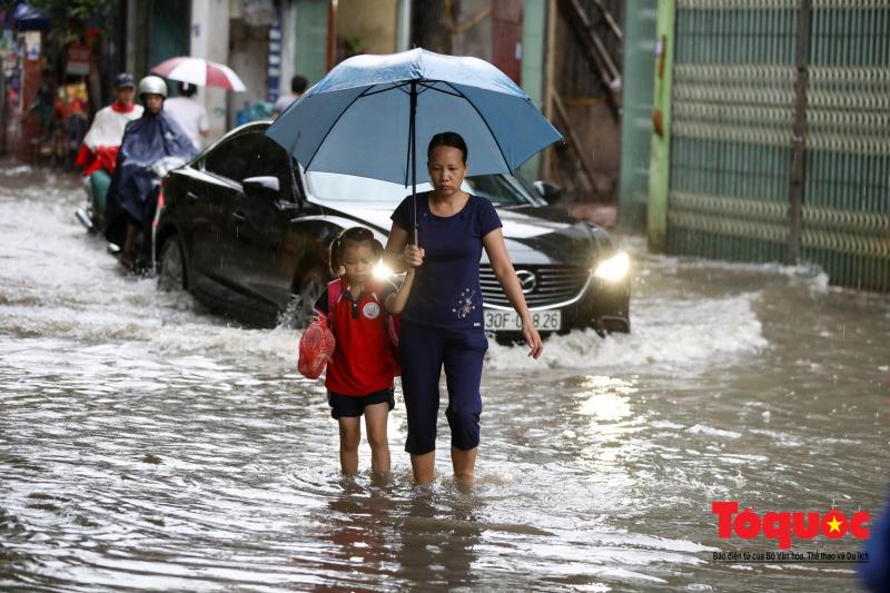 Mẹ là chiếc ô to lớn nhất che chở cả đời con qua hết mọi giông bão, mưa sa