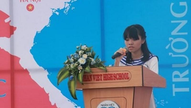 Hà Thị Phương Linh đọc bài văn viết về mẹ trong Lễ khai giảng năm học mới