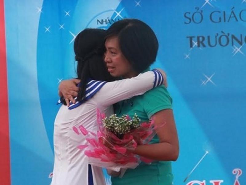 Hai mẹ con Hà Thị Phương Linh ôm nhau xúc động khi họ thực sự hiểu tình yêu dành cho nhau
