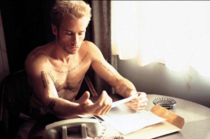 Nhân vật chính Sammy phải xăm những dòng thông điệp và những bản ghi chú để lưu giữ ký ức của mình