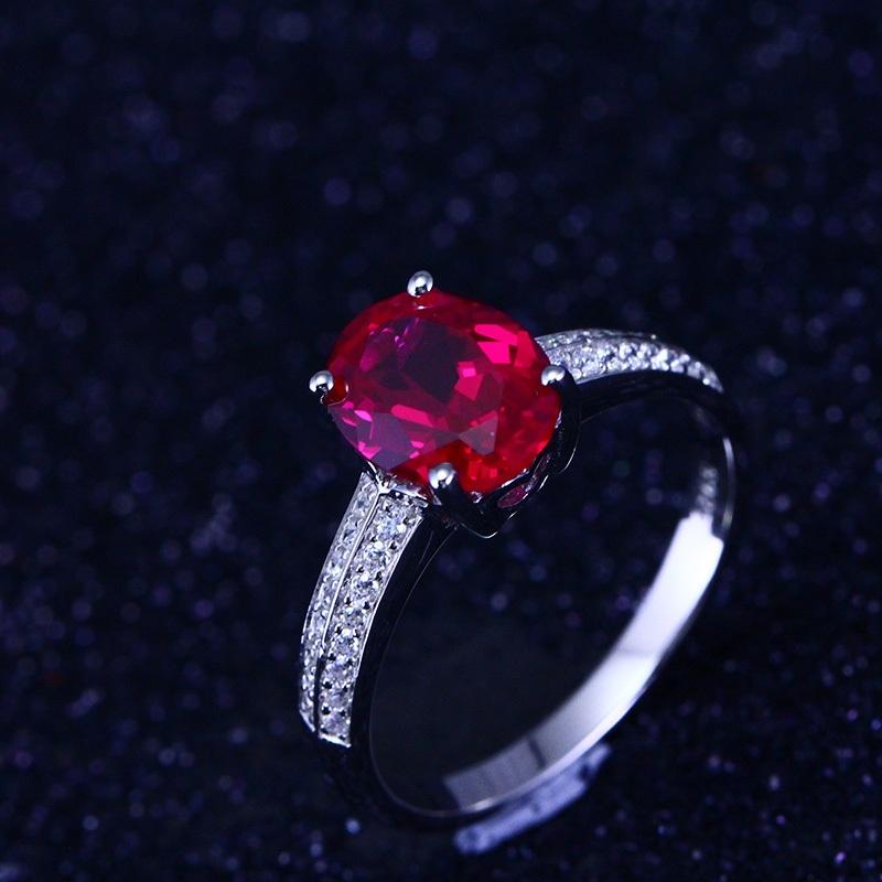 Trang sức đá quý màu đỏ tương sinh cho người mệnh Thổ. Ảnh minh họa.