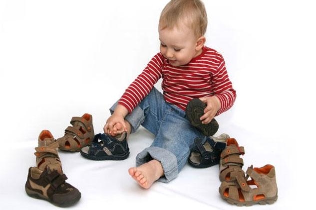 Cho bé ướm thử giày trước khi mua