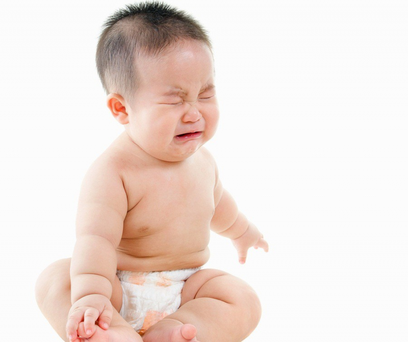 Cơn đau sẽ làm bé uể oải, ăn không ngon, ngủ ít.