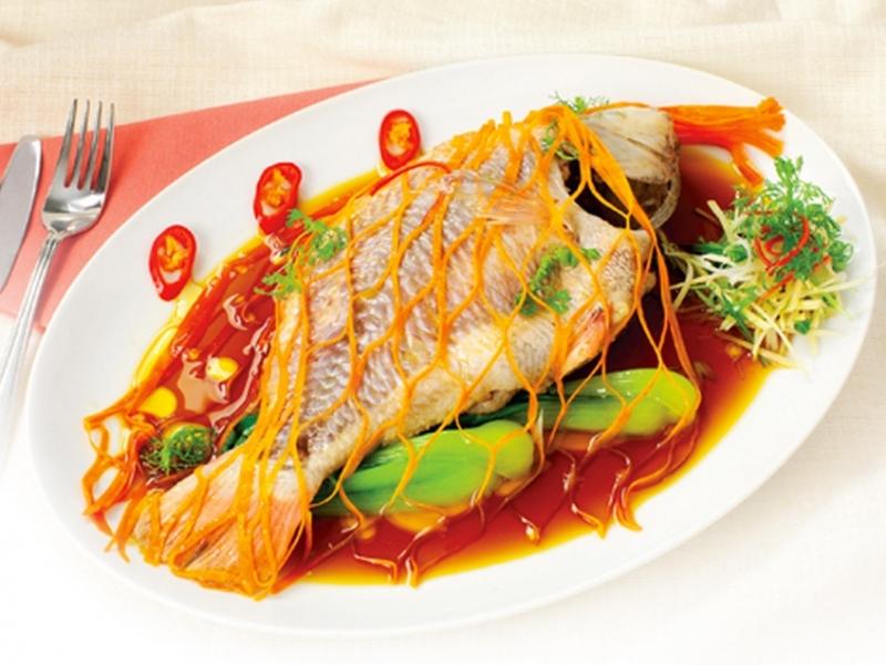 Bạn có thấy đĩa cá ở trên hấp dẫn không? Cá hấp trứng đấy!
