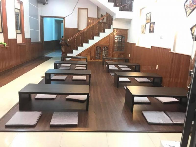 Không gian quán rộng rãi, sạch sẽ. Sử dụng hoàn toàn chất liệu gỗ từ sàn tới bàn ghế tạo nên sự sang trọng, ấm cúng