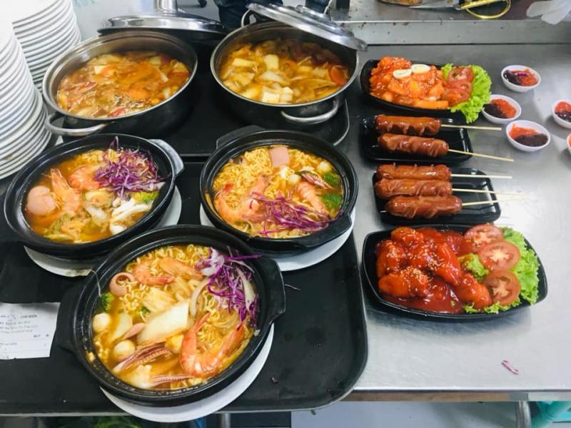 """Menu của Mì cay Kitachi không chỉ có mì cay, mà còn rất nhiều món ăn Hàn Quốc hấp dẫn khác. Đặc biệt là """"bộ tứ siêu đẳng"""" làm siêu lòng thực khách, bao gồm: Mì thập cẩm đặc biệt, cơm trộn, kimbap chiên và trà sữa truyền thống"""