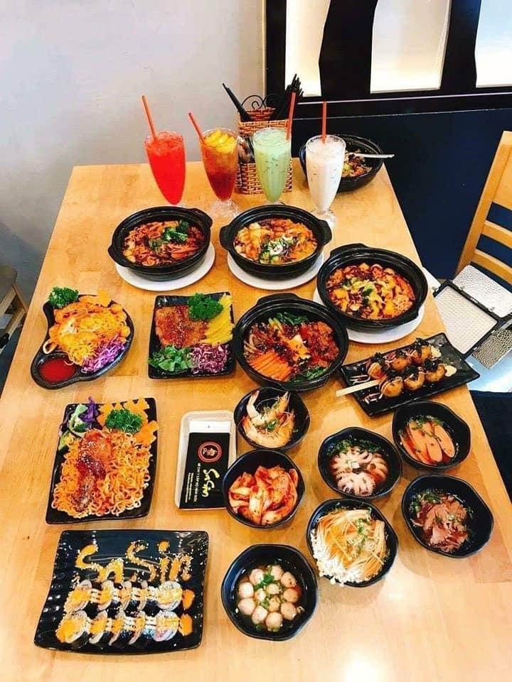 Đến với Mì cay SaSin, thực khách được thưởng thức món mì cay Hàn Quốc nổi tiếng cùng rất nhiều món ăn vặt cực kỳ chất lượng và hấp dẫn