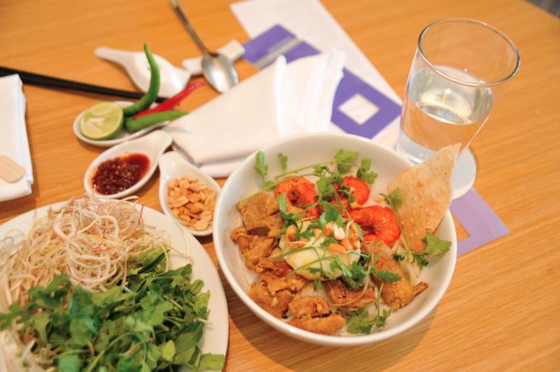 Mì Quảng của quán có nhiều loại nhân như: cá lóc, thịt nướng, thịt bò, thịt gà,…