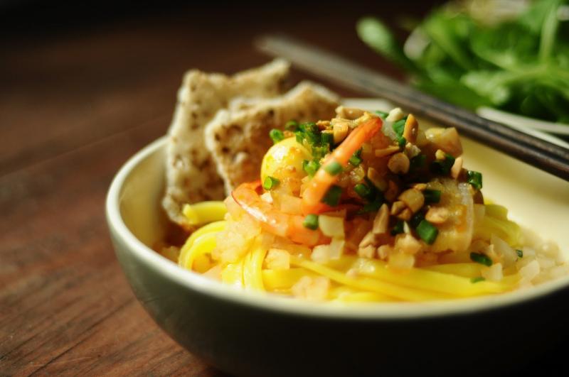 Mì Quảng ở đây rất ngon, thành phần một bát mì gồm nửa quả trứng vịt luộc, thịt bò chín, thịt gà, tôm, phồng tôm, cà rốt đu đủ dấm, hành, lạc và sợi mì.