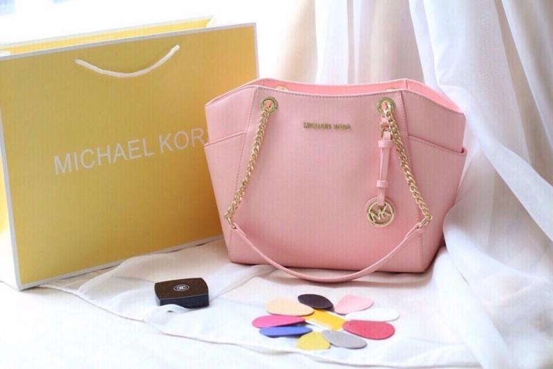 Chiếc túi xách thuộc thương hiệu Michael Kors