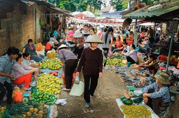Chợ làng nhộn nhịp