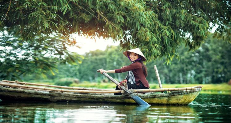 Miền Tây tháng 10 mùa nước nổi được biết đến với khí hậu ôn hòa, những vườn cây trĩu quả, cảnh đẹp hoang sơ, cuộc sống sinh hoạt bình dị