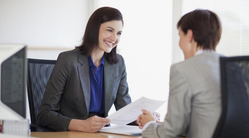 Nụ cười không chỉ giúp người đối diện có thiện cảm hơn với bạn mà còn giúp gương mặt của bạn trông đỡ mất tự nhiên hơn, cuộc phỏng vấn sẽ bớt đi được phần nào sự căng thẳng.