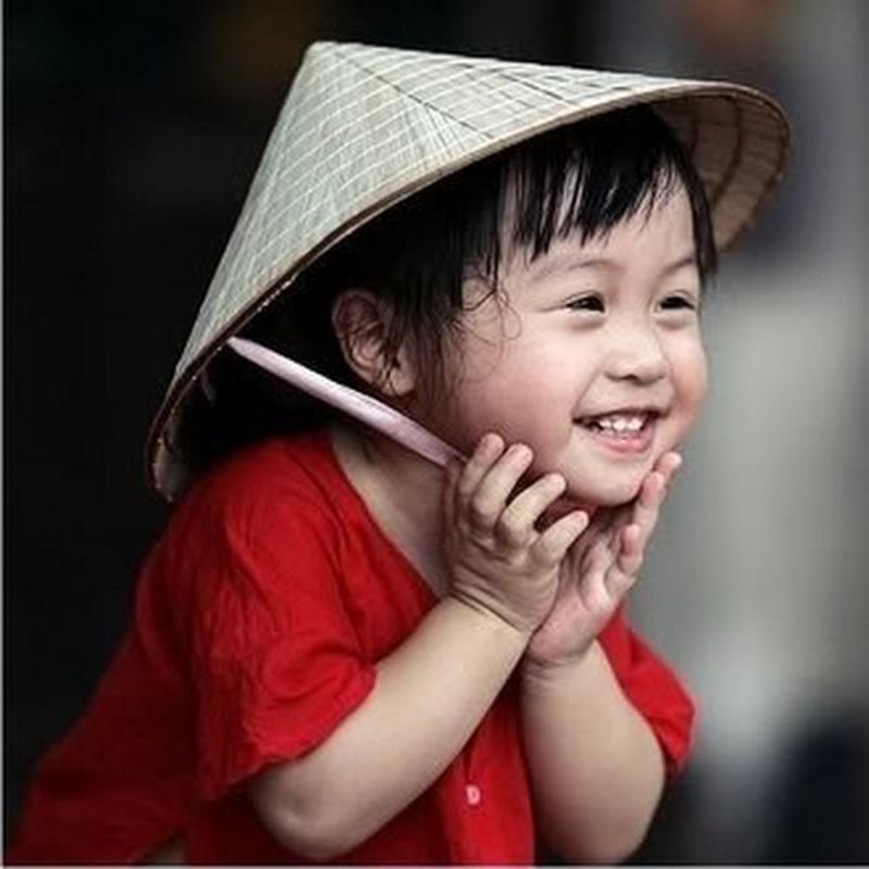 Hãy cười ngây thơ như một đứa bé, đừng khiến nụ cười của bạn trở nên giả tạo và gượng ép.