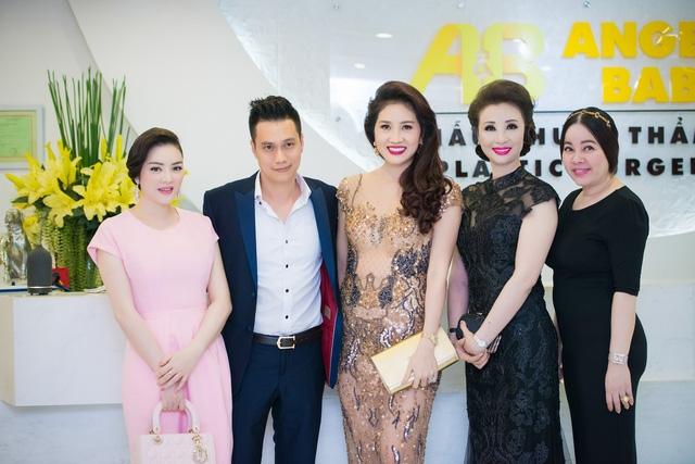 CEO của MIMI clinic chị Diễm Hằng (ngoài cùng bên phải)