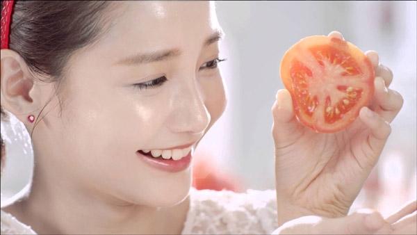 Áp dụng phương pháp massage cà chua lên mặt mỗi ngày giúp da mịn màng, tươi trẻ.