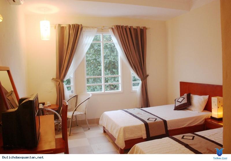 Các phòng tại đây được trang bị truyền hình cáp, minibar, có đồ vệ sinh cá nhân miễn phí, tiện nghi vòi sen, các phòng còn có tầm nhìn ra Rừng Tràm.