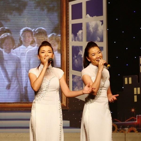 Cặp song sinh Minh Tú - Minh Thư