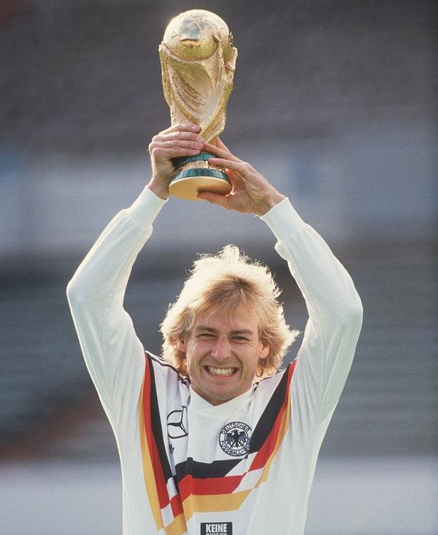 Jürgen Klinsmann nâng cao chiếc cup vô địch World cup 1990 cùng đội tuyển Đức.