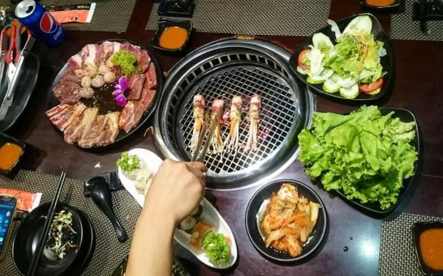 Thịt, hải sản, rau cùng các loại sushi, kim chi