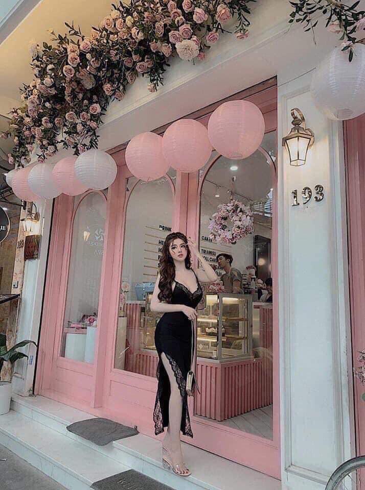 Cửa hàng có sẵn rất nhiều mẫu váy áo, khách hàng có thể mặc thử thoải mái
