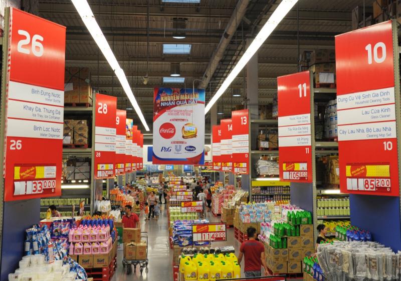 Trưng bày sản phẩm bên trong siêu thị.