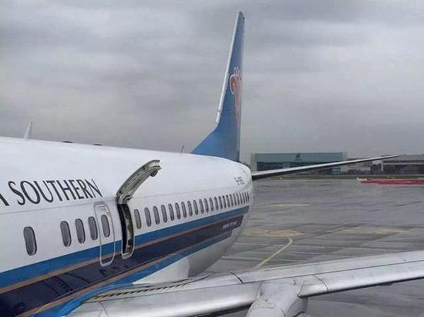 Khi bị bắt giữ, du khách này nói rằng mình tưởng rằng tay nắm mở cửa thoát hiểm là cần quay mở cửa sổ máy bay giống như xe hơi - Nguồn: Sưu tầm