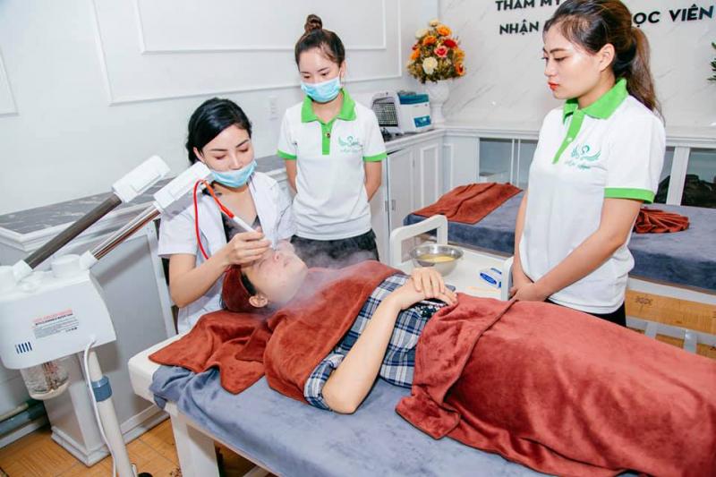 Các học viên đang tham gia học thực hành trực tiếp trên khách hàng tại Mộc Beauty Spa